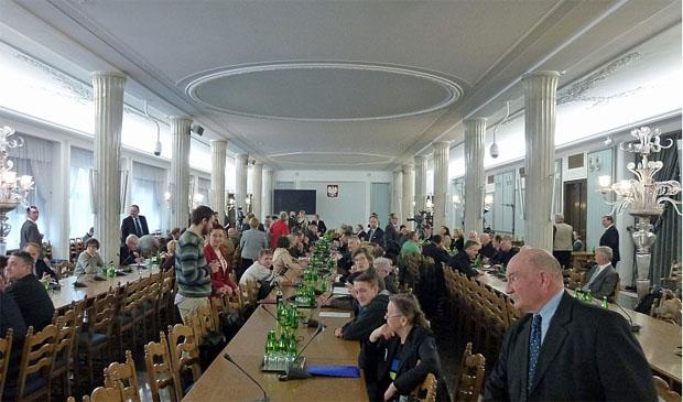 """Wysłuchanie publiczne w sprawie obywatelskiego projektu ustawy """"parkowej"""" zdjęcie z sali."""