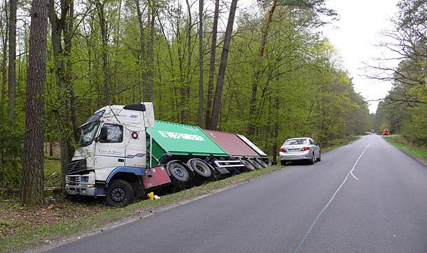 Drogi bez drzew, gdzie istnieje poczucie pozornego bezpieczeństwa skłaniają do rozwijania nadmiernej prędkości i do wykonywania ryzykownych manewrów. Fot. K. Worobiec