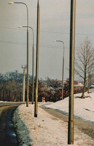Wycięto drzewa ze względu bezpieczeństwa – pozostawiając latarnie na których też można rozbić auto – Mikołajki.  Fot. K. Worobiec
