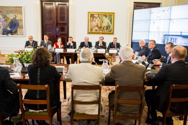 Forum Debaty Publicznej odbyło się w sali ozdobionej obrazami Jacka Malczewskiego. Zdjęcie z oficjalnej strony KPRP, fot. Łukasz Kaminski.