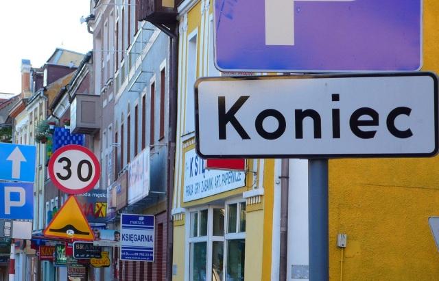 Chaos optyczny: reklamy, napisy, znaki w takim nagromadzeniu stają się nieczytelne – przykład z Bartoszyc. Fot. Krzysztof Worobiec.