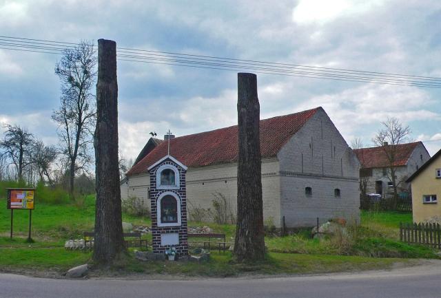 Drzewa i kapliczka Rusek Wielki. Mazury, pow. Szczytno. Fot K. Worobiec