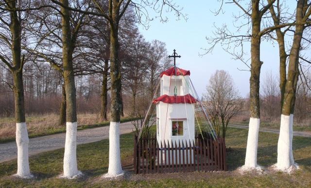 Drzewa i kapliczka Leleszki. Mazury, pow. Szczytno. Fot. K. Worobiec