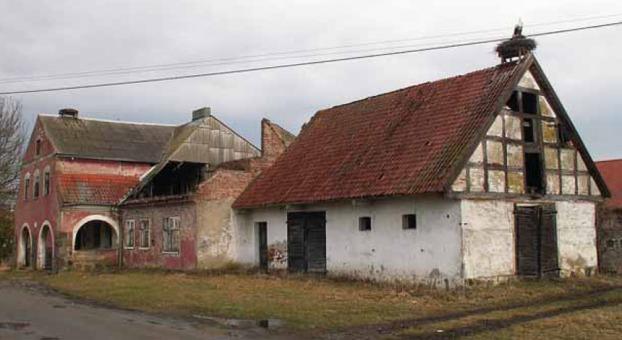 Niszczejący zespół zabudowy dawnej karczmy we wsi Lwowiec. Fot. W. Knercer