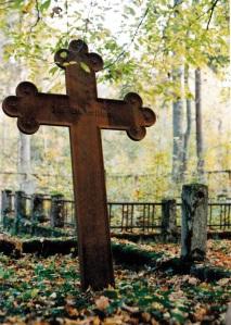 Ten żeliwny krzyż z 1932 roku stał na dawnym cmentarzu ewangelickim w Nowej Ukcie…(stan 2002 rok). Fot. K. Worobiec