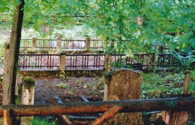 Na tym samym cmentarzu betonowo – metalowym ogrodzeniem wydzielona było jedna kwatera rodzinna (stan: 2002 rok)… Fot. K. Worobiec