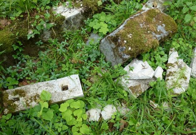 …z ogrodzenia tego pozostały tylko potrzaskane słupki betonowe (stan: 14 czerwca 2013 roku). Fot. K. Worobiec