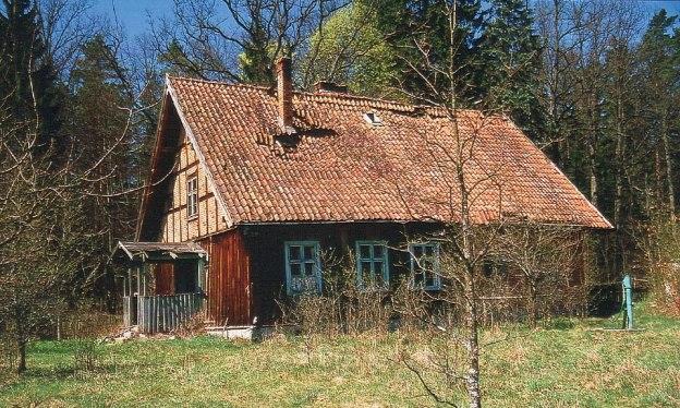 Leśniczówka Zdróżno,widoczne niewielkie jeszcze uszkodzenie dachu, maj 2002 r. Fot K. A. Worobiec..