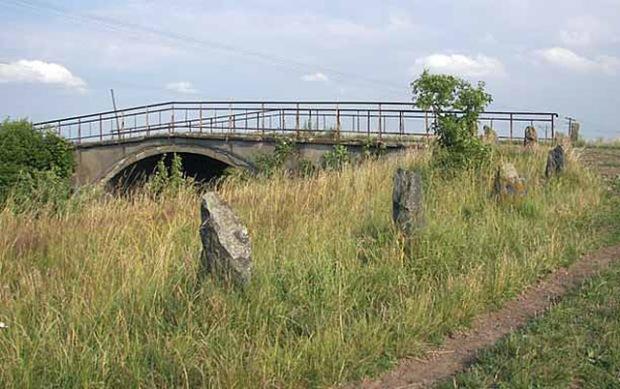 Wiadukt kolejowy w Nowych Kiejkutach, gm. Dźwierzuty oraz kamienie przy drodze dojazdowej (Fot. A. Płoski)