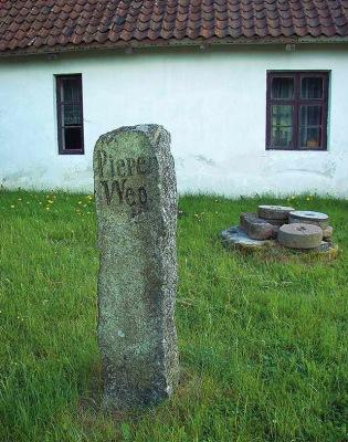 Kamień pierwotnie znajdujący się przy drodze noszącej imię burmistrza Kętrzyna – Wilhelma Piepera. Obecnie na terenie prywatnego muzeum w Owczarni, gm. Kętrzyn. (Fot. A. Płoski)