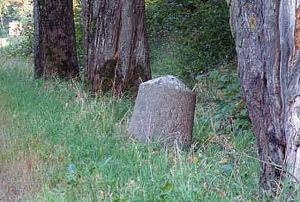 Jeden z kamieni milowych przy drodze Reszel–Święta Lipka w swym historycznym miejscu. Stan z 2006 roku przed kradzieżą (Fot. A. Płoski)