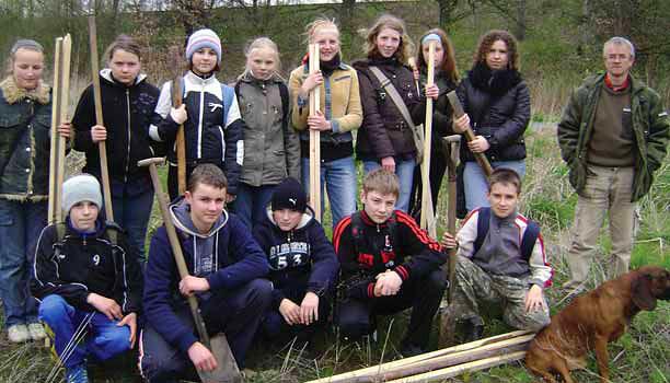 Przed sadzeniem dębów – ekipa ze szkoły w Grabownie Wielkim (Fot. G. Sania)