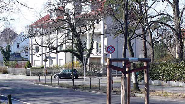 Berlin – nowo posadzone drzewa są dobrze zabezpieczone (Fot. K. A. Worobiec)